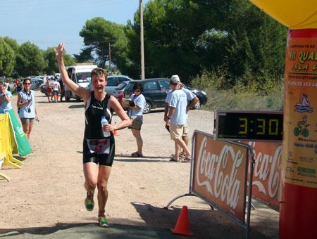 Zieleinlauf als Gesamtsiegerin des Quadrathlon Weltcuprennens in Ibiza