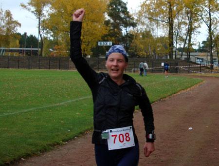 Zieleinlauf als Gesamtsiegerin des Schlaubetal Marathon