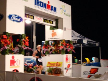 Zieleinlauf Katrin Burow beim IRONMAN Hawaii