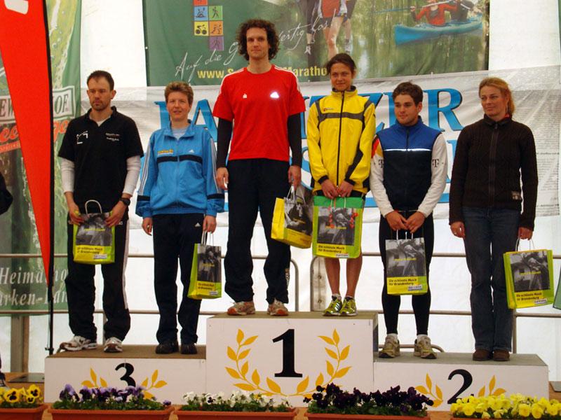 Siegerehrung Gesamtwertung Frauen und Männer beim Spreewald Halbmarathon