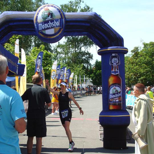 Zieleinlauf auf Platz 2 der Deutschen Meisterschaft Triathlon Mitteldistanz (Altersklasse W30)