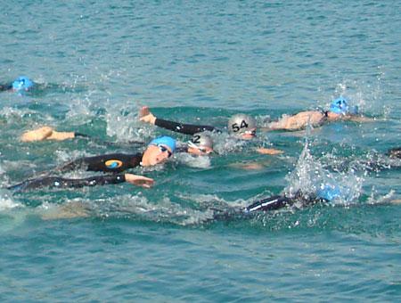 Katrin Burow beim Schwimmen vorne mit dabei