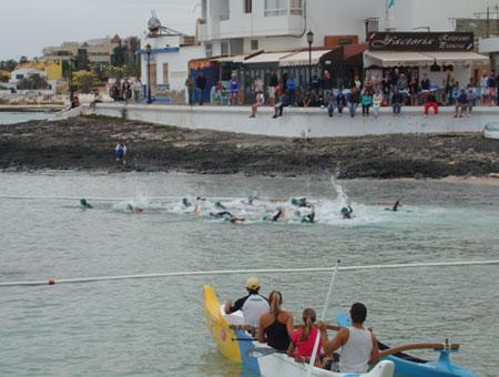 Schwimmstart Triathlon Isla de Fuerteventura in Corralejo am 07.04.2013