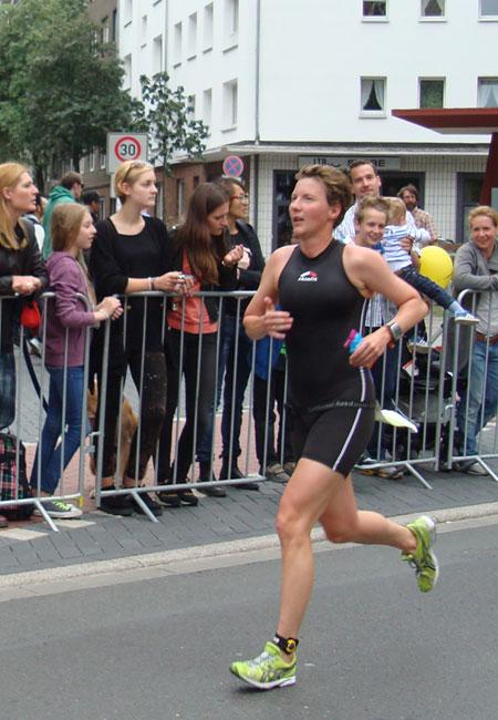 Katrin Burow auf der Laufstrecke bei der DM Triathlon olympische Distanz in Düsseldorf 2013