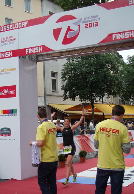 Zieleinlauf von Katrin Burow auf Platz 3 in der Altersklasse W35 bei der DM Triathlon olympische Distanz in Düsseldorf 2013