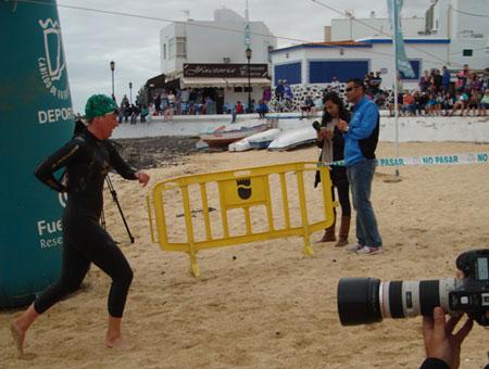 Katrin Burow nach dem Schwimmen auf dem Weg zum Wechsel aufs Rad