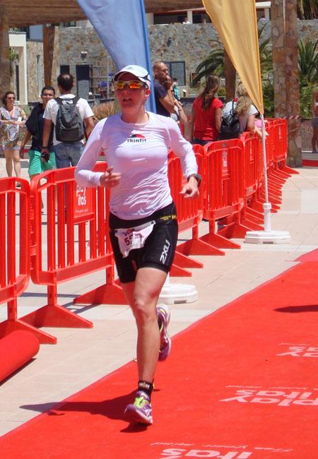 Zieleinlauf von Katrin Burow beim Challenge Fuerteventura am 13.04.2013