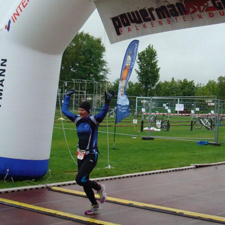 Katrin Burow überquert die Ziellinie als 2. Frau der Gesamtwertung