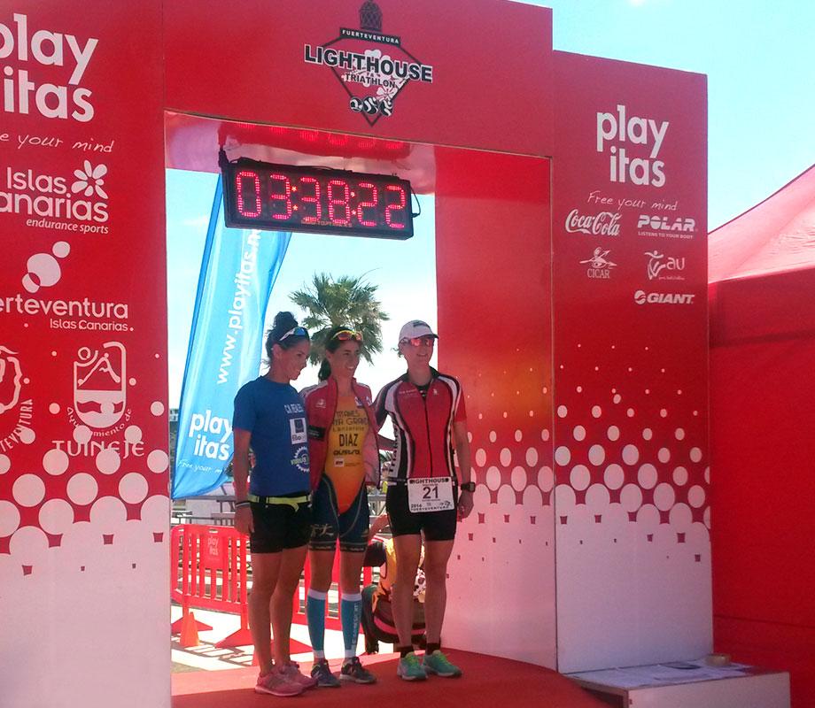 Zielfoto der ersten 3 Frauen des Lighthouse Triathlon in Las Playitas am 22.03.2014