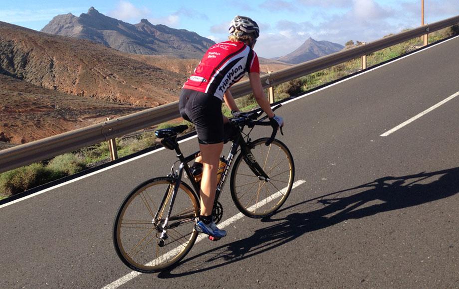Katrin Burow trainiert auf der Radstrecke des Challenge Fuerteventura
