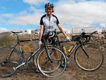 Katrin Burow vor dem Camp der Filmcrew von Ridley Scott auf Fuerteventura