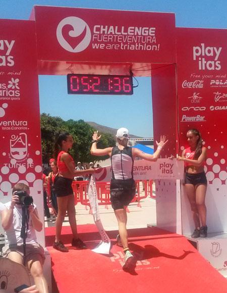 Zieleinlauf von Katrin Burow beim Challenge Fuerteventura in Las Playitas am 26.04.2014