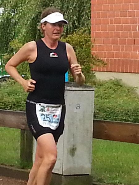 Katrin Burow auf der Laufstrecke bei der WM Triple Ultra Triathlon in Lensahn 2014