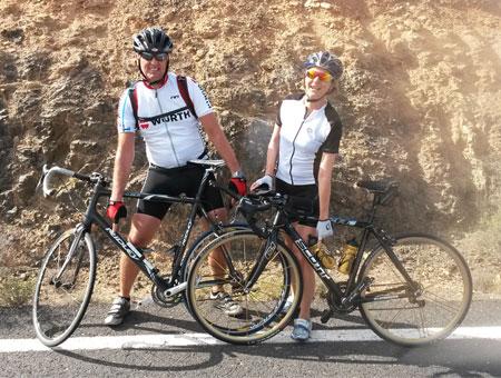 Katrin Burow und Johan Declercq vor dem Camp der Filmcrew von Ridley Scott auf Fuerteventura