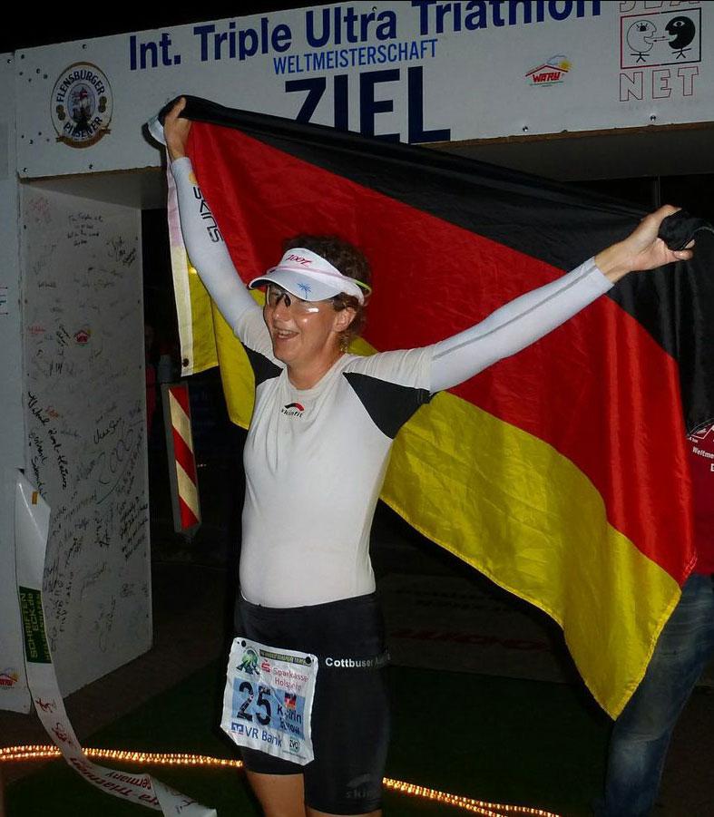 Zieleinlauf von Katrin Burow bei der WM Triple Ultra Triathlon in Lensahn 2014