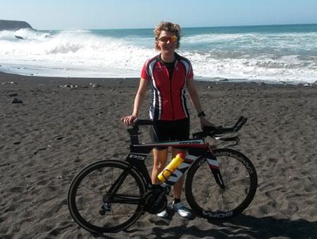 Katrin Burow mit dem neuen Cervelo P5 am Strand von Ajuy