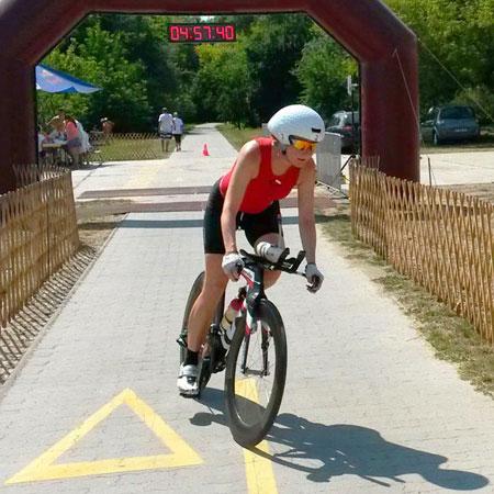 Katrin Burow beim Radfahren bei der Weltmeisterschaft im Double Ultra Triathlon in Velence / Ungarn am 03.07.2015