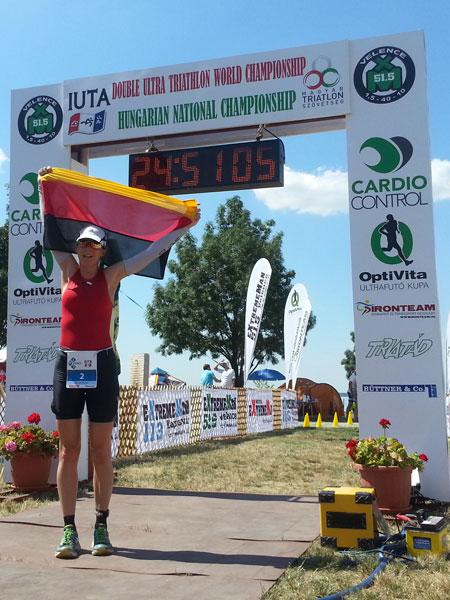 Zieleinlauf von Katrin Burow bei der Weltmeisterschaft im Double Ultra Triathlon in Velence / Ungarn am 04.07.2015