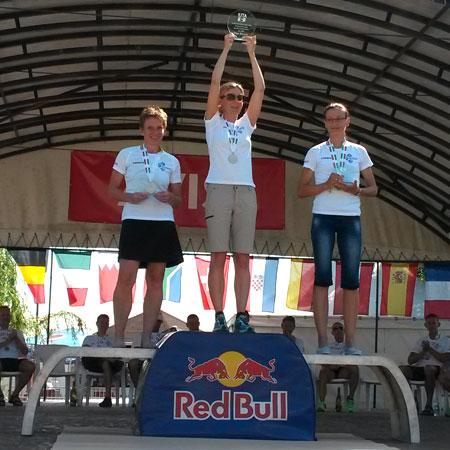 Siegerehrung der Weltmeisterin Katrin Burow bei der Weltmeisterschaft im Double Ultra Triathlon in Velence / Ungarn am 05.07.2015