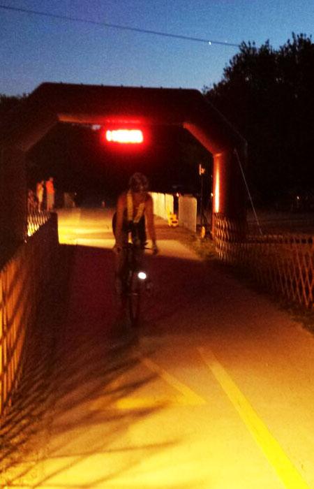 Radfahren bei Nacht bei der Weltmeisterschaft im Double Ultra Triathlon in Velence / Ungarn am 03.07.2015