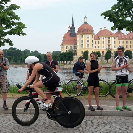 Aufstieg auf das Rad beim Schlosstriathlon Moritzburg am 13.06.2015