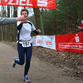 Katrin Burow gewinnt den Wildparklauf in Potsdam über die Halbmarathondistanz