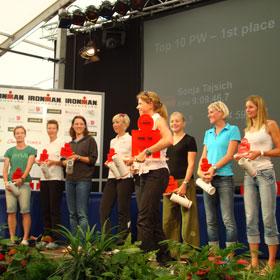Katrin Burow (2. von links) auf dem 8. Platz bei der Siegerehrung der TOP10 Profi-Frauen des IRONMAN Regensburg 2010