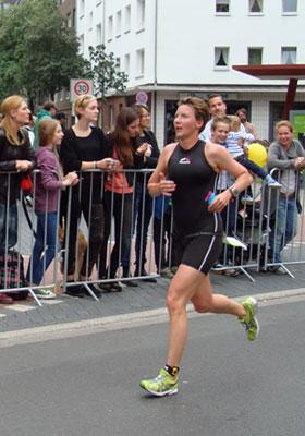 Katrin Burow belegt den 3. Platz in der Altersklasse W35 bei der DM Triathlon olympische Distanz in Düsseldorf 2013