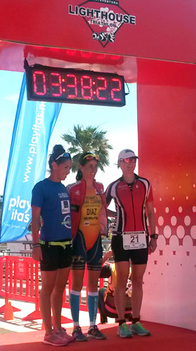 TOP3 Frauen Gesamtwertung des Lighthouse Triathlon Las Playitas / Fuerteventura 2014, Katrin Burow (im Foto rechts) belegt den 3. Platz