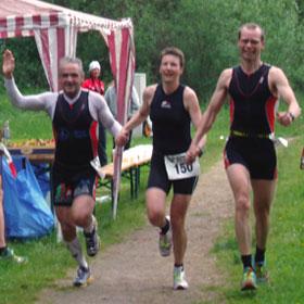 Zieleinlauf des Mixed-Team des TuS Neukölln Berlin (Peter, Katrin und René) beim Teamtriathlon in Strausberg 2010