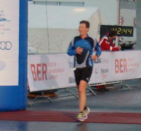 Katrin Burow belegt den 3. Platz in der Gesamtwertung aller Frauen über 10 km Laufen beim AirportRun in Berlin am 27.04.2013