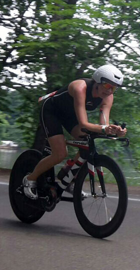 Katrin Burow auf der Radstrecke beim Schlosstriathlon Moritzburg 2015