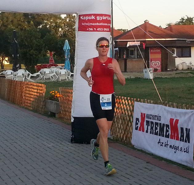 Katrin Burow auf der Laufstrecke der Weltmeisterschaft im Double Ultra Triathlon in Velence / Ungarn am 04.07.2015