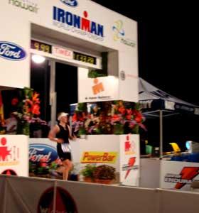 Zieleinlauf von Katrin Burow beim Ironman Hawaii 2008